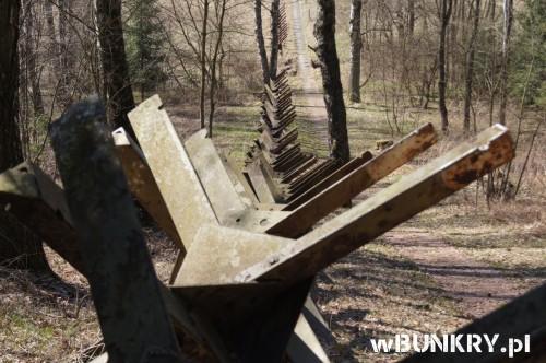 """Stalowe jeże przeciwpancerne przy K-S 5 """"U potoka"""" Kraliki"""
